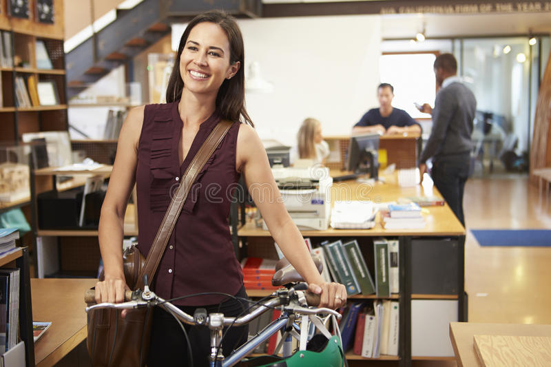Architect Arrives At Work op Fiets die het duwen door Bureau royalty-vrije stock foto