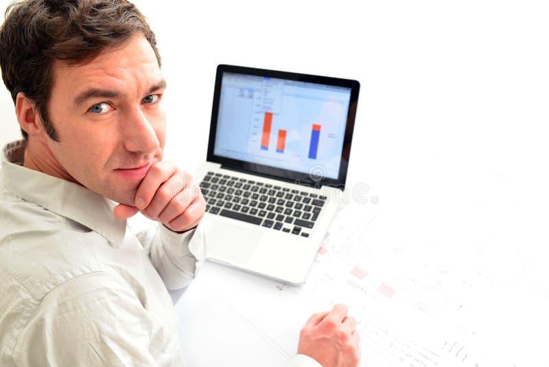 Architect bij zijn werkplaats met notitieboekje - woningbouw en mede stock afbeelding