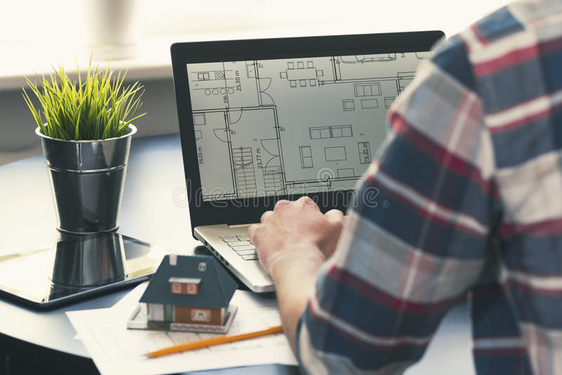 Architect, binnenlands ontwerperberoep - mens die aan laptop werken royalty-vrije stock foto