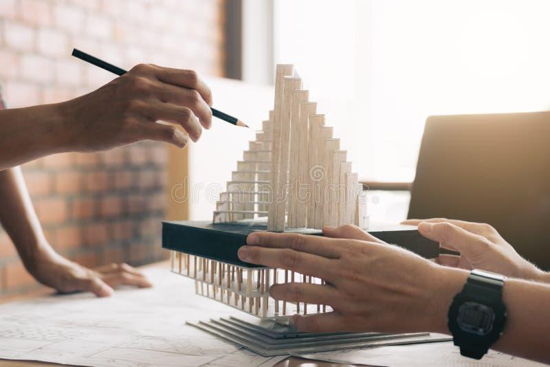 Architect die architecturaal model in het bureau herzien royalty-vrije stock fotografie