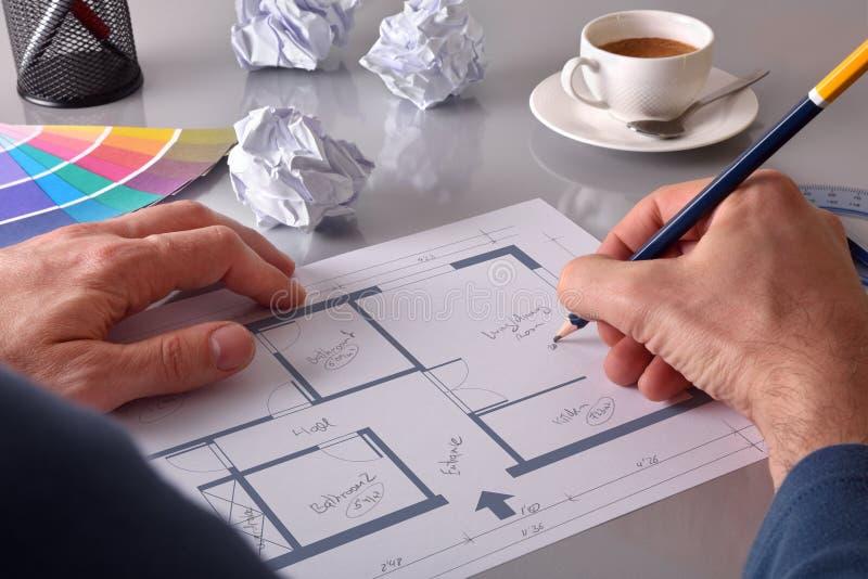 Architect die het binnenland van een opgeheven huis ontwerpen stock afbeelding