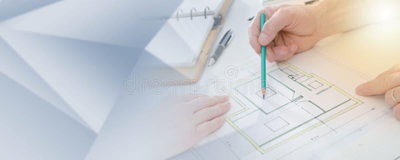 Architect die huisplannen tonen; lichteffect stock afbeeldingen