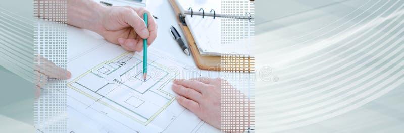 Architect die huisplannen tonen; panoramische banner stock foto's