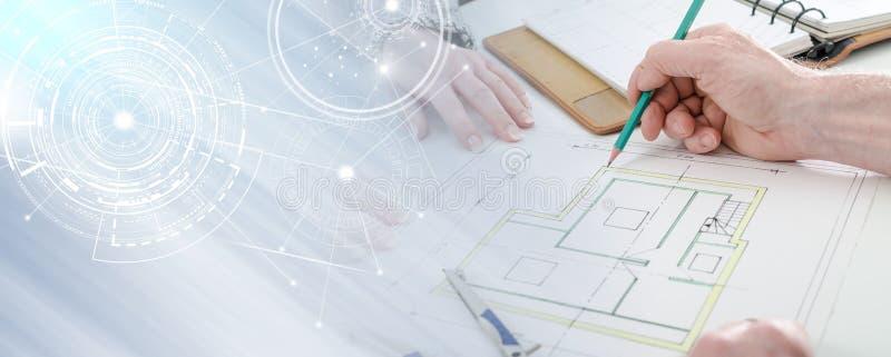 Architect die huisplannen tonen; veelvoudige blootstelling stock afbeelding