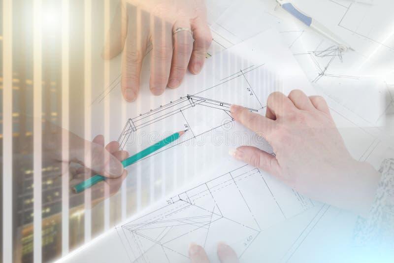 Architect die huisplannen tonen; veelvoudige blootstelling royalty-vrije stock foto