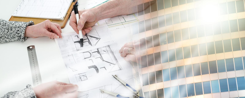 Architect die huisplannen toont; meervoudige blootstelling royalty-vrije stock foto's