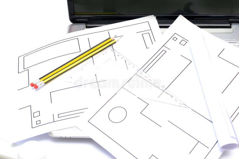Architect die met plannen werken stock afbeelding