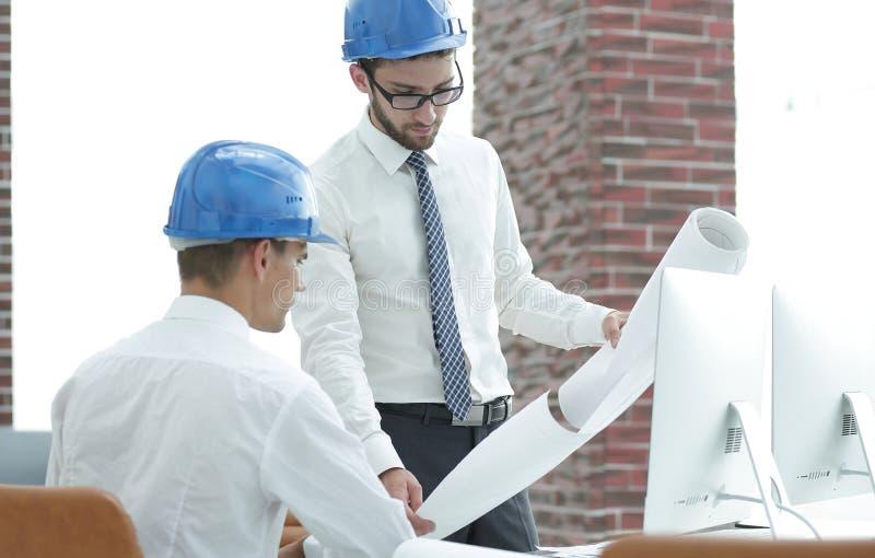Architect en bouwvoorman om een nieuw project te bespreken stock afbeeldingen