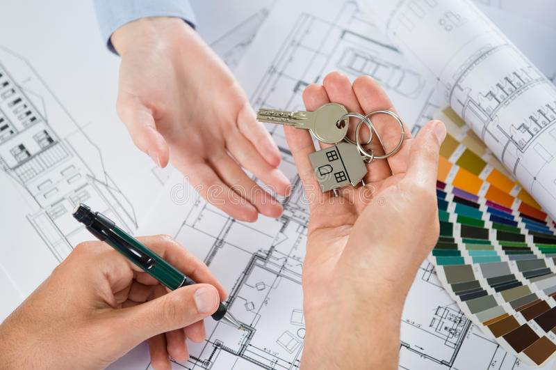 Architect Handing Keys royalty-vrije stock afbeelding