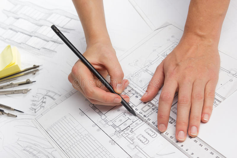 Architect Working On Blueprint Architecten stock afbeeldingen