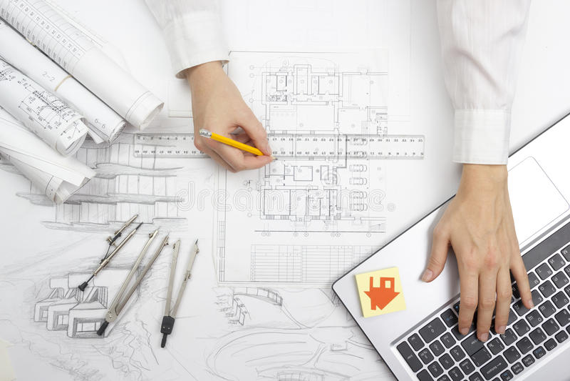 Architect Working On Blueprint Architectenwerkplaats - architecturaal project, blauwdrukken, heerser, calculator, laptop en stock fotografie