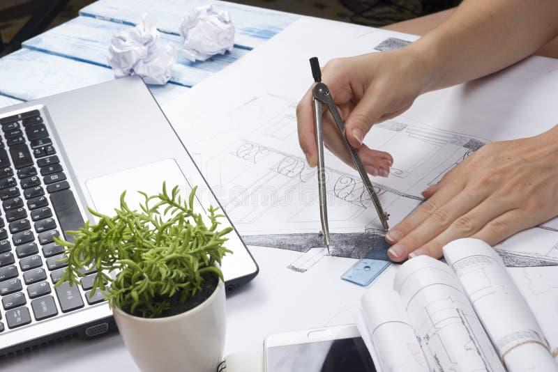 Architect Working On Blueprint Architectenwerkplaats - architecturaal project, blauwdrukken, heerser, calculator, laptop en royalty-vrije stock foto's