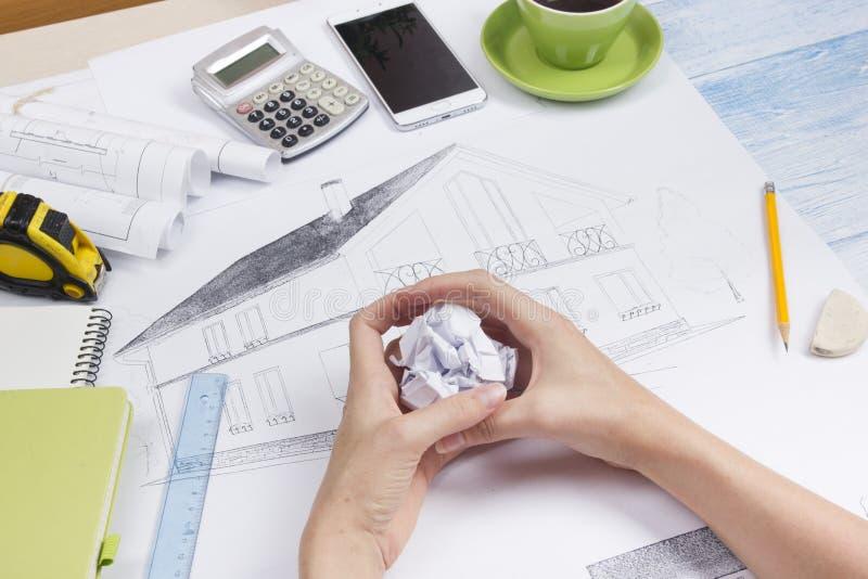 Architect Working On Blueprint Architectenwerkplaats - architecturaal project, blauwdrukken, heerser, calculator, laptop en royalty-vrije stock afbeelding
