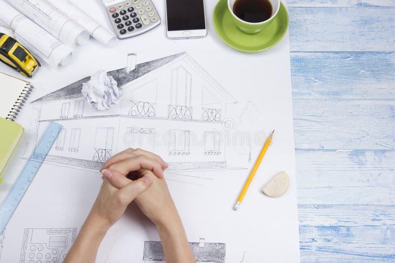 Architect Working On Blueprint Architectenwerkplaats - architecturaal project, blauwdrukken, heerser, calculator, laptop en royalty-vrije stock foto