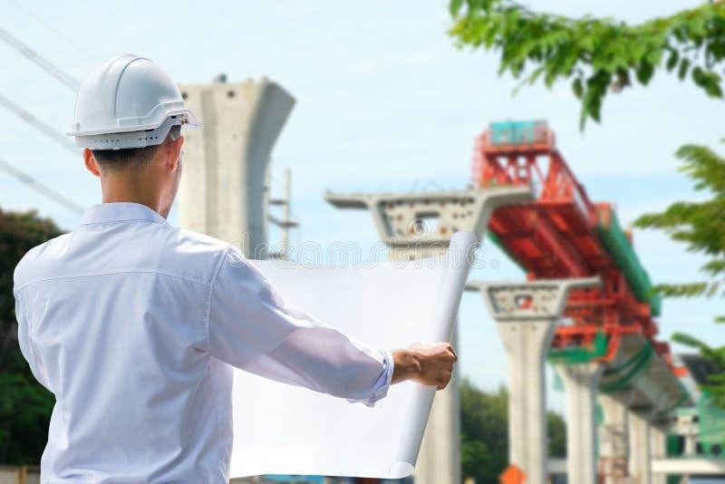 Architect Working On Blueprint , ingenieursinspecteur in werkplaats royalty-vrije stock foto
