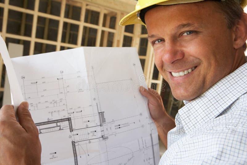 Architecte avec des plans photos stock