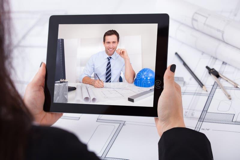 Architecte ayant la vidéoconférence photos stock