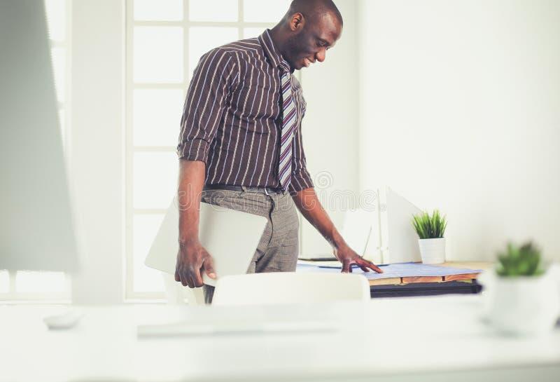 Architecte d'afro-américain travaillant avec l'ordinateur et les modèles dans le bureau photographie stock libre de droits