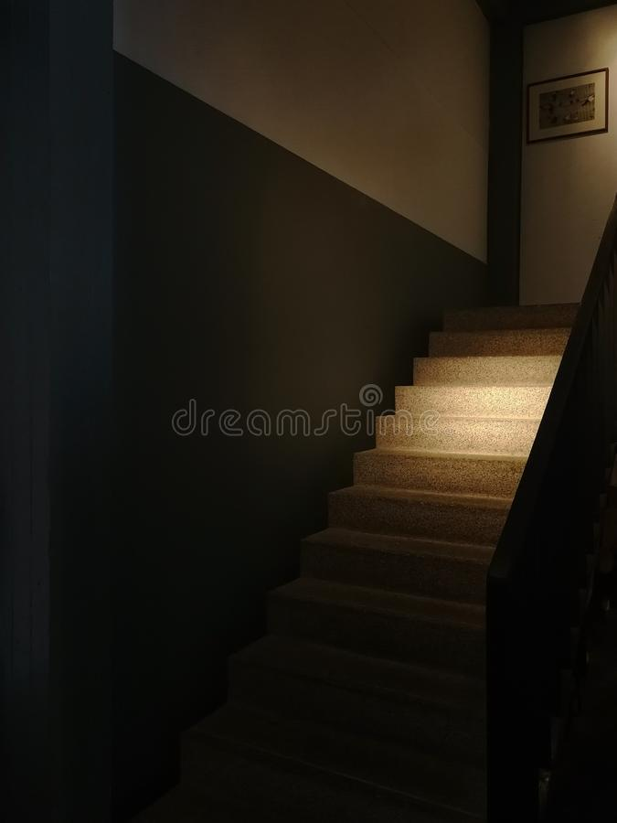 Architecte d'escalier de roche d'art avec la balustrade en bois photos stock