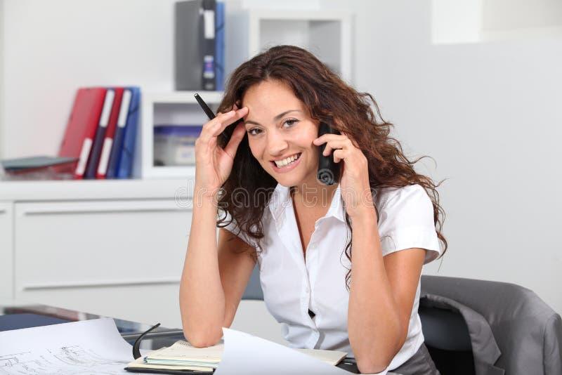 Architecte dans le bureau recevant le phonecall photo libre de droits