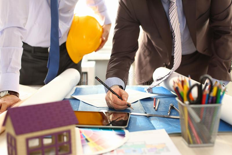Architecte Engineer Team Work sur l'ébauche de construction photo libre de droits