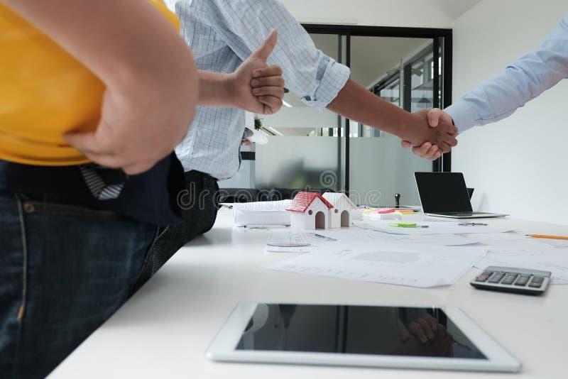 Architecte et client se serrant la main Poignée de main d'ingénieur avec la PA images stock