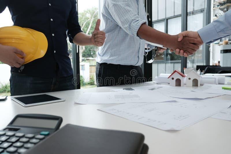 Architecte et client se serrant la main Poignée de main d'ingénieur avec la PA image libre de droits
