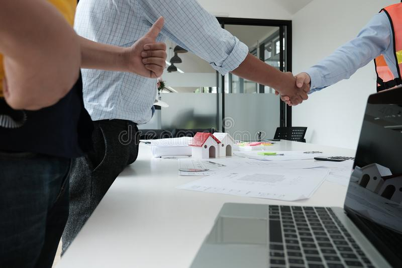 Architecte et client se serrant la main Poignée de main d'ingénieur avec la PA photographie stock libre de droits