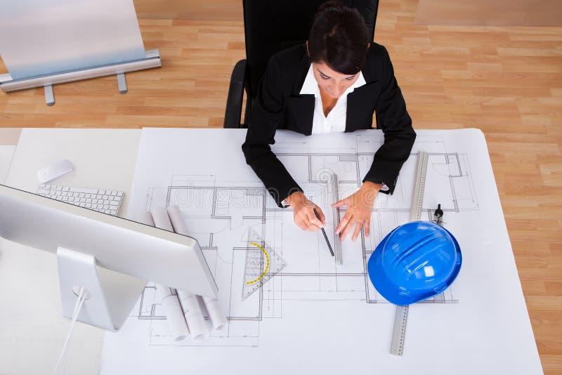 Architecte féminin avec le croquis de mise au point image stock