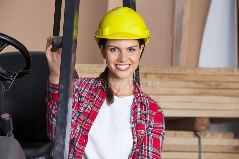 Architecte féminin In Hardhat By Forktruck photographie stock