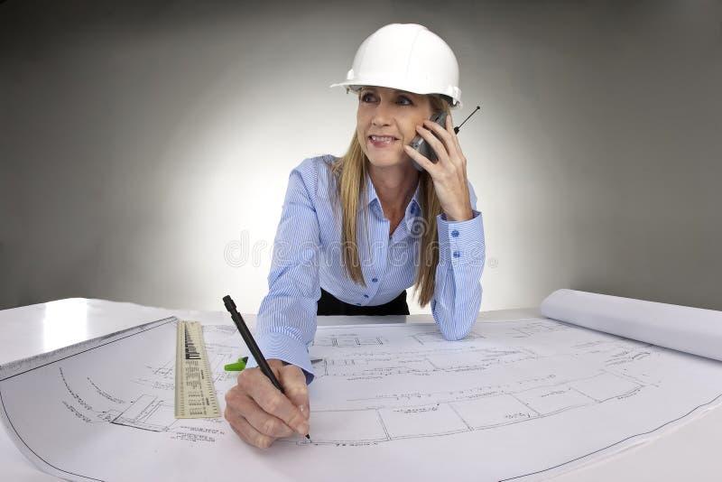 Architecte féminin travaillant aux croquis de mise au point photo stock