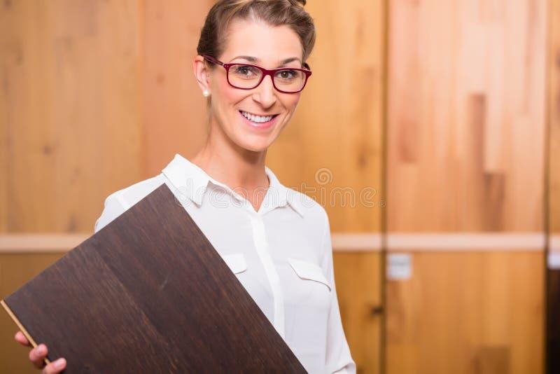 Architecte intérieur choisissant le plancher en bois de parquet image stock
