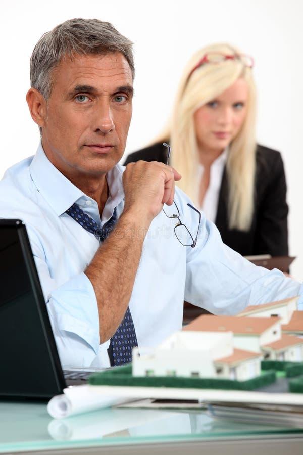 Architecte masculin avec l'ordinateur portable image libre de droits