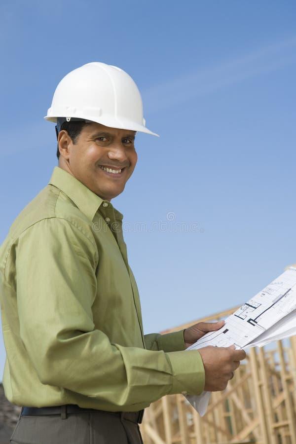 Architecte masculin heureux Holding Blueprint photos stock