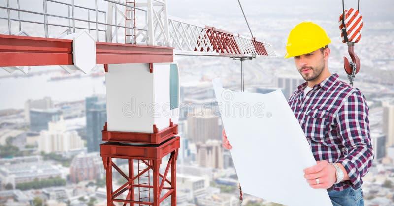 Architecte masculin tenant le croquis de mise au point par la grue au chantier de construction photos libres de droits