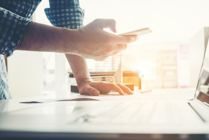 Architecte ou ingénieur à l'aide du téléphone intelligent fonctionnant dans le bureau sur bleu image stock