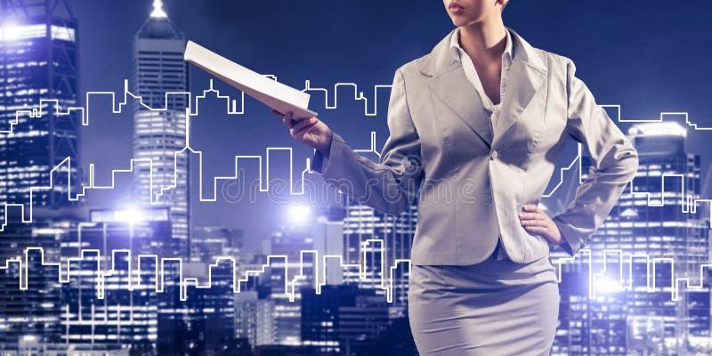 Architecte ou ingénieur de femme présent le concept de construction et images libres de droits