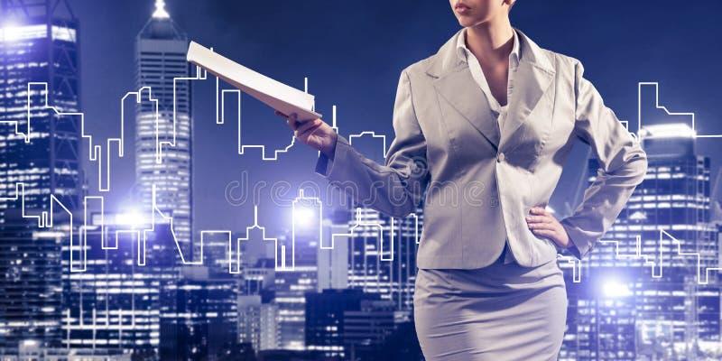 Architecte ou ingénieur de femme présent le concept de construction et photographie stock