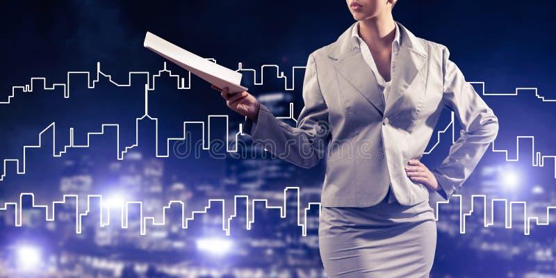 Architecte ou ingénieur de femme présent le concept de construction et photographie stock libre de droits