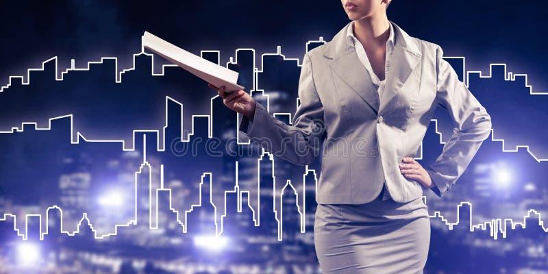 Architecte ou ingénieur de femme présent le concept de construction et image stock