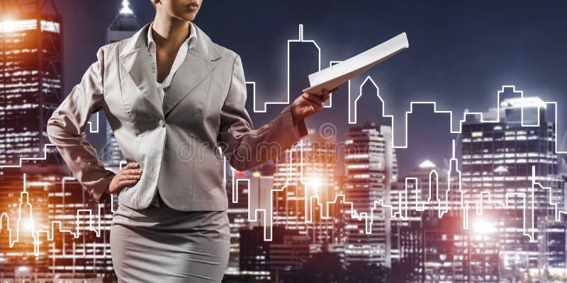 Architecte ou ingénieur de femme présent le concept de construction et photos stock