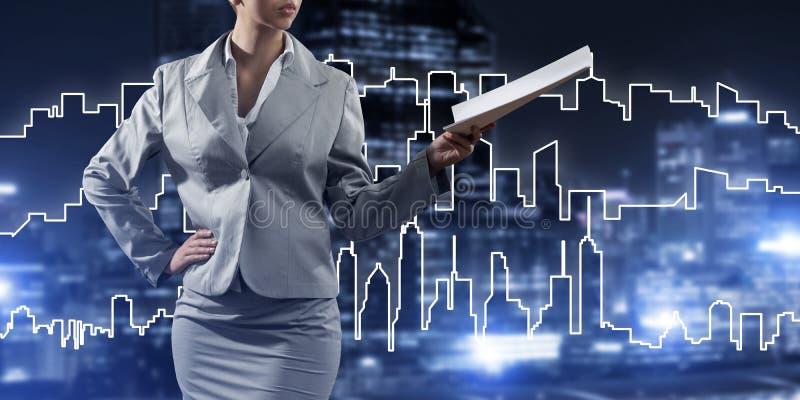 Architecte ou ingénieur de femme présent le concept de construction et jugeant des documents disponibles photographie stock