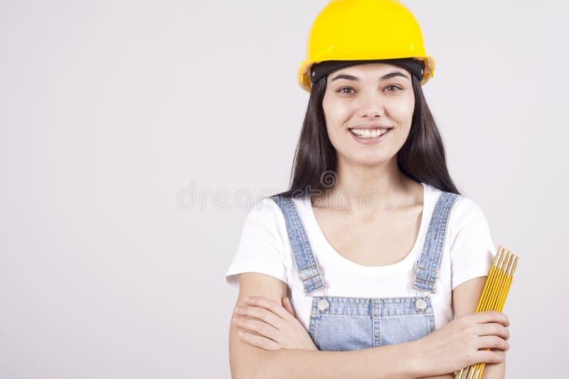 Architecte ou ingénieur sérieux fier de jeune femme avec des bras croisés en tant que concept de construction professionnel de su photographie stock libre de droits
