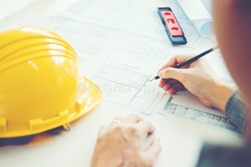 Architecte ou ingénieur travaillant dans le bureau sur le modèle Architectes photo stock