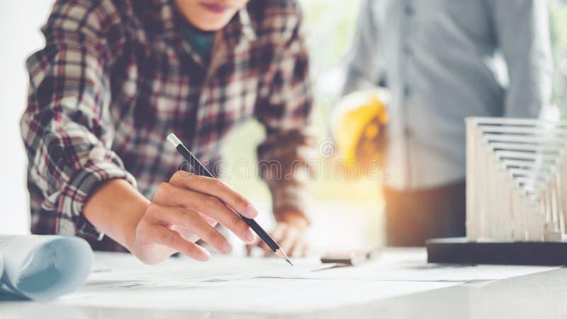 Architecte ou ingénieur travaillant dans le bureau sur le modèle Architectes photos stock