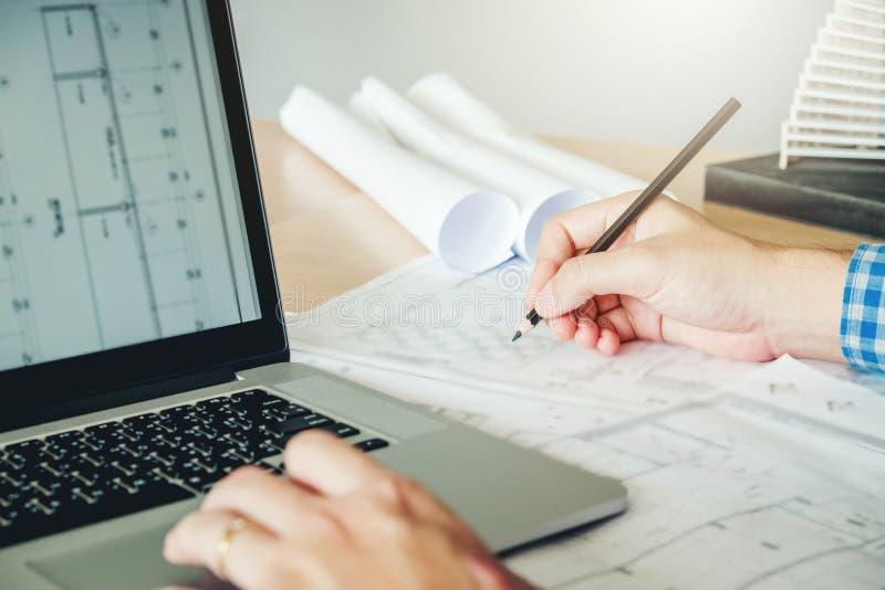 Architecte ou ingénieur travaillant dans le bureau sur le modèle Architectes image libre de droits