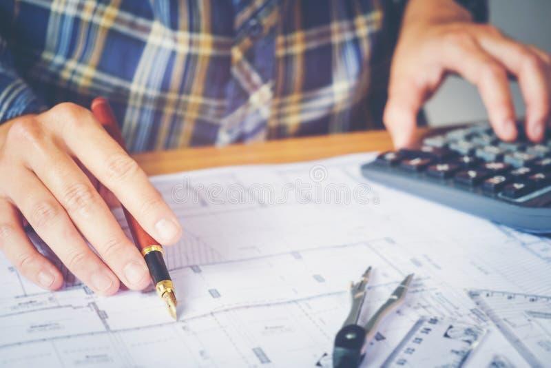 Architecte ou ingénieur travaillant dans le bureau sur le modèle Architectes photographie stock libre de droits