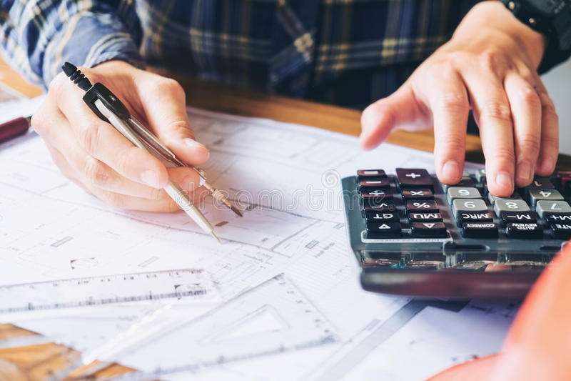 Architecte ou ingénieur travaillant dans le bureau sur le modèle Architectes photographie stock