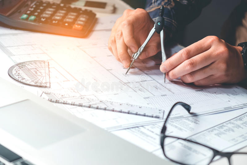 Architecte ou ingénieur travaillant dans le bureau sur le modèle Architectes photos libres de droits