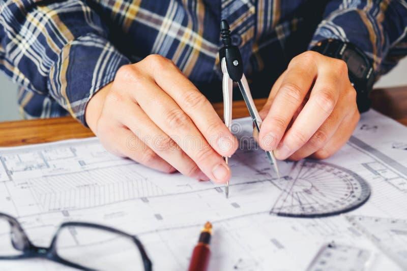 Architecte ou ingénieur travaillant dans le bureau sur le modèle Architectes photo libre de droits